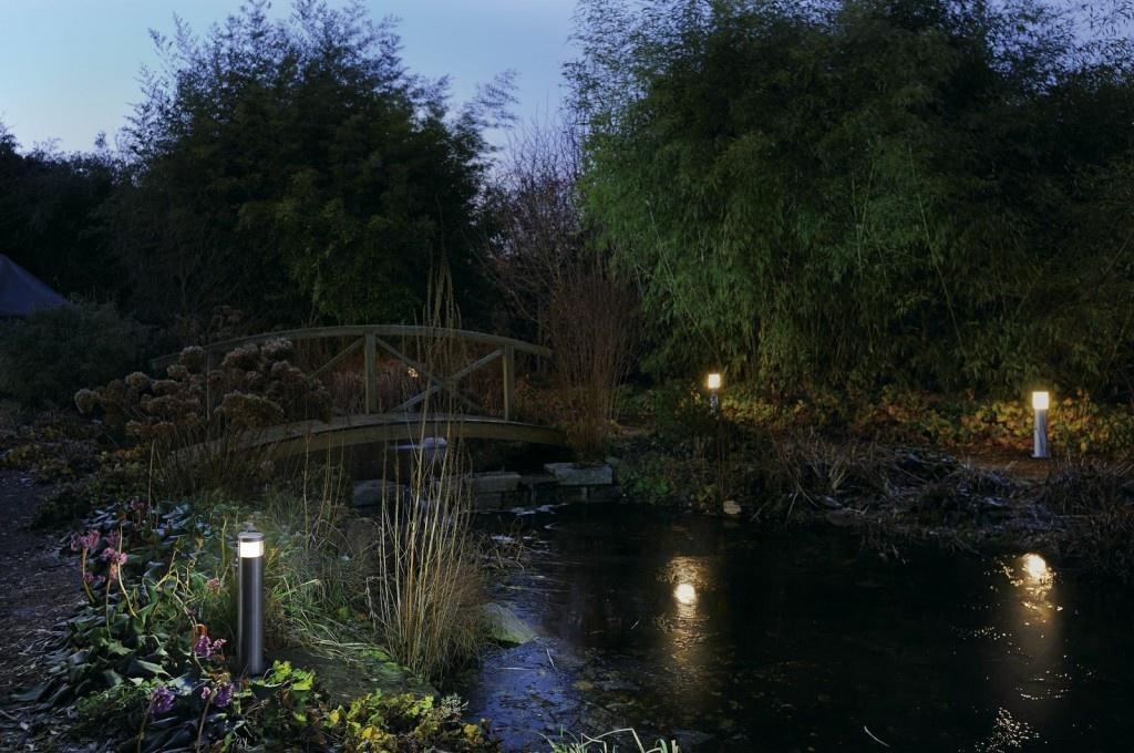 Ночная подсветка искусственного водоема