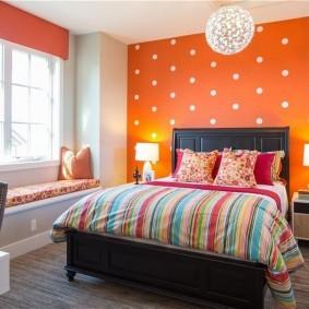 Оранжевая стена в белый горошек