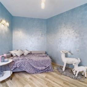 Голубые обои на стене спальной комнаты