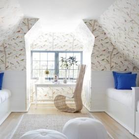 Оклейка обоями стен в мансардной комнате