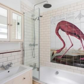 Керамическое панно на стене ванной