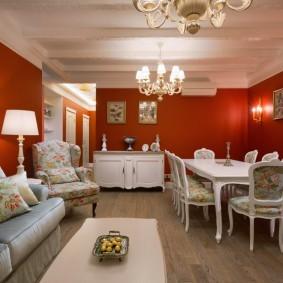 Бардовые стены в классической гостиной