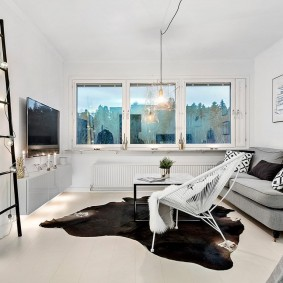 Белая комната без штор на окнах