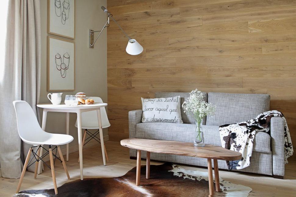 Отделка ламинатом стены за диваном