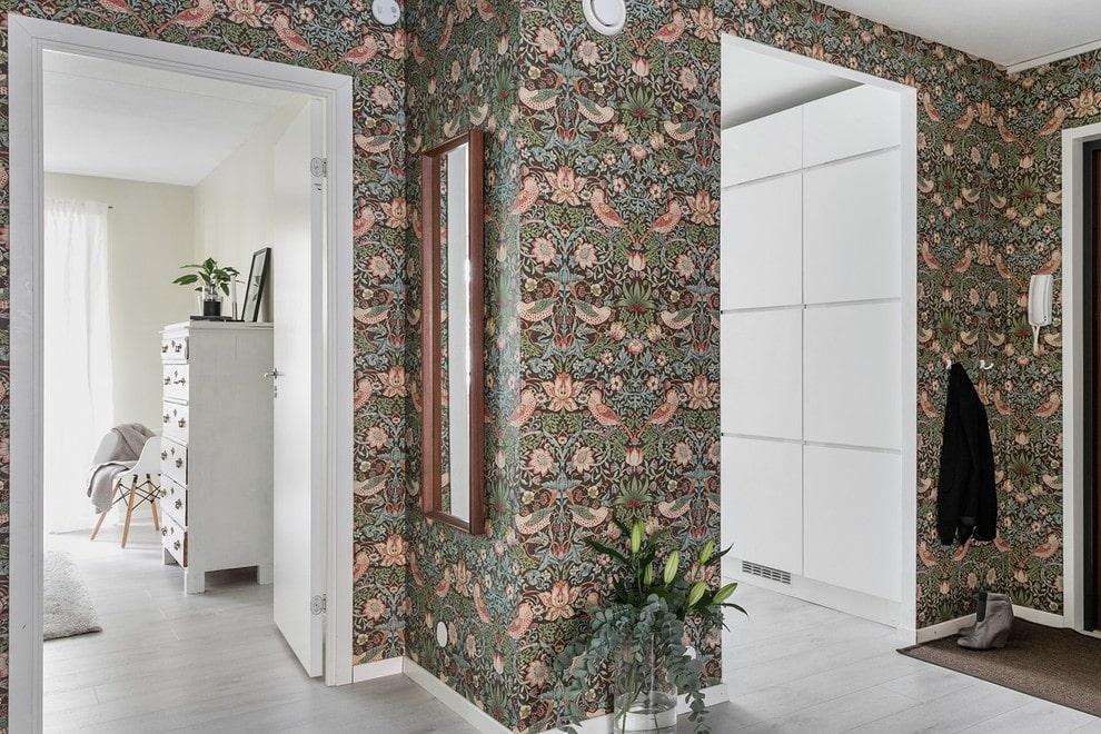 Отделка обоями стен в прихожей современной квартиры