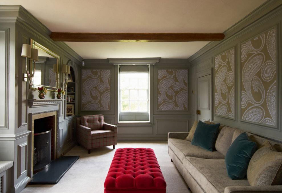 Небольшой зал с панно из бумажных обоев