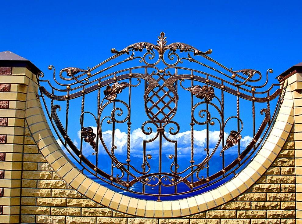 Кирпичный забор с полукруглой ковкой