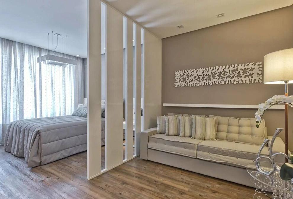 Белая декоративная перегородка в зале с кроватью