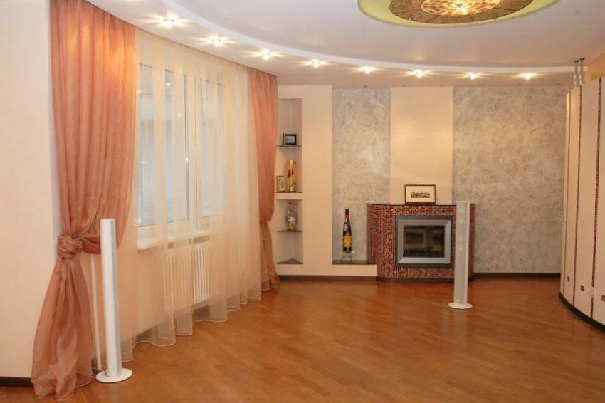 Бежево-персиковые шторы в гостиной комнате