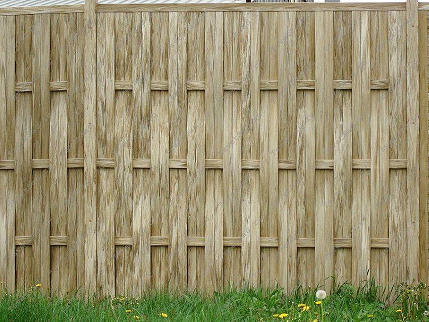 Пластиковый забор серо-коричневого цвета под плетень
