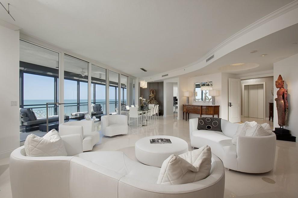 Мягкая мебель с плавными формами в белом зале