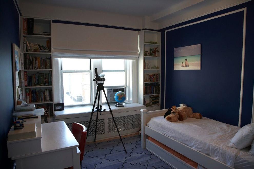 Солнцезащитная римская штора в комнате мальчика