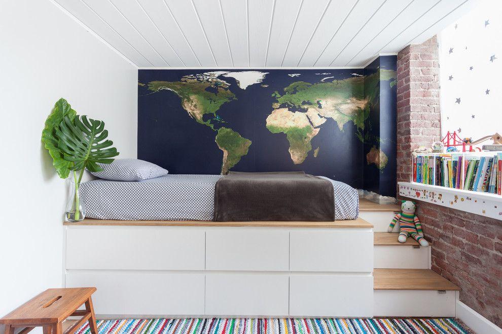 Белый подиум в комнате небольшого размера