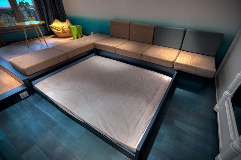 Угловой подиум с диваном и кроватью