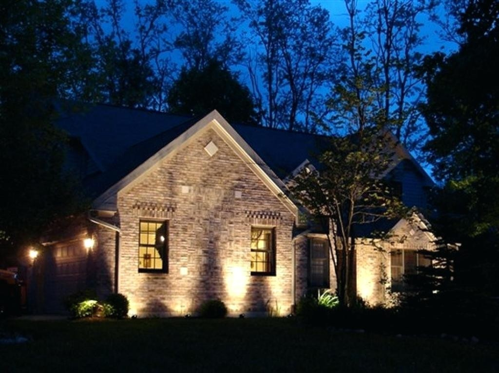 Ночная подсветка стен загородного дома