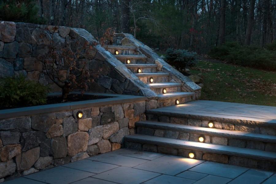 Точечные светильники в ступенях садовой лестницы