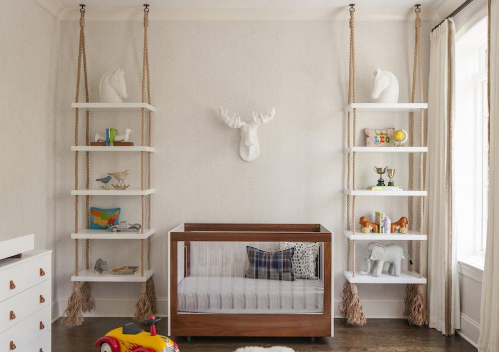 Подвесные полки в комнате для новорожденного