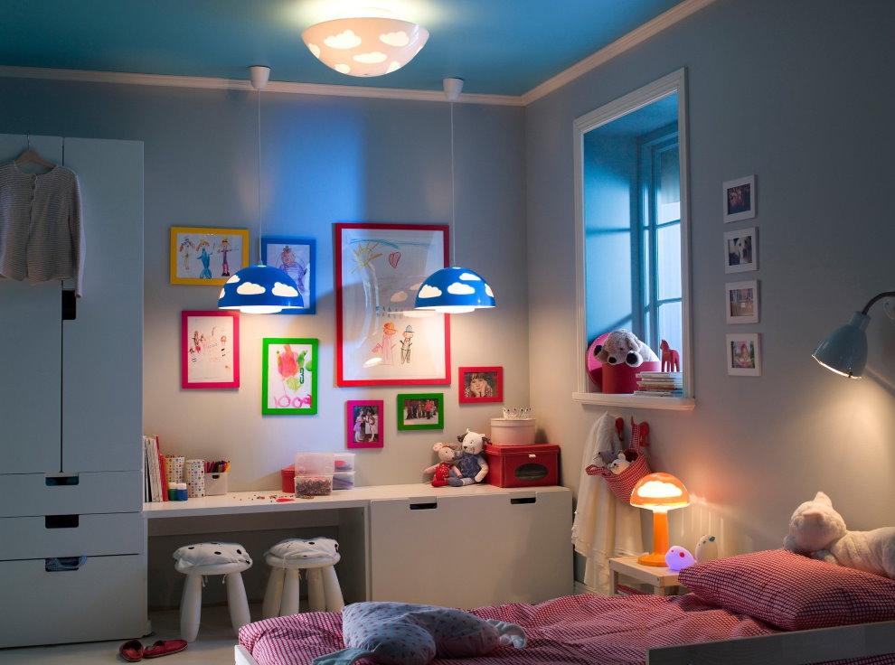 Подвесные светильники над письменным столом в детской