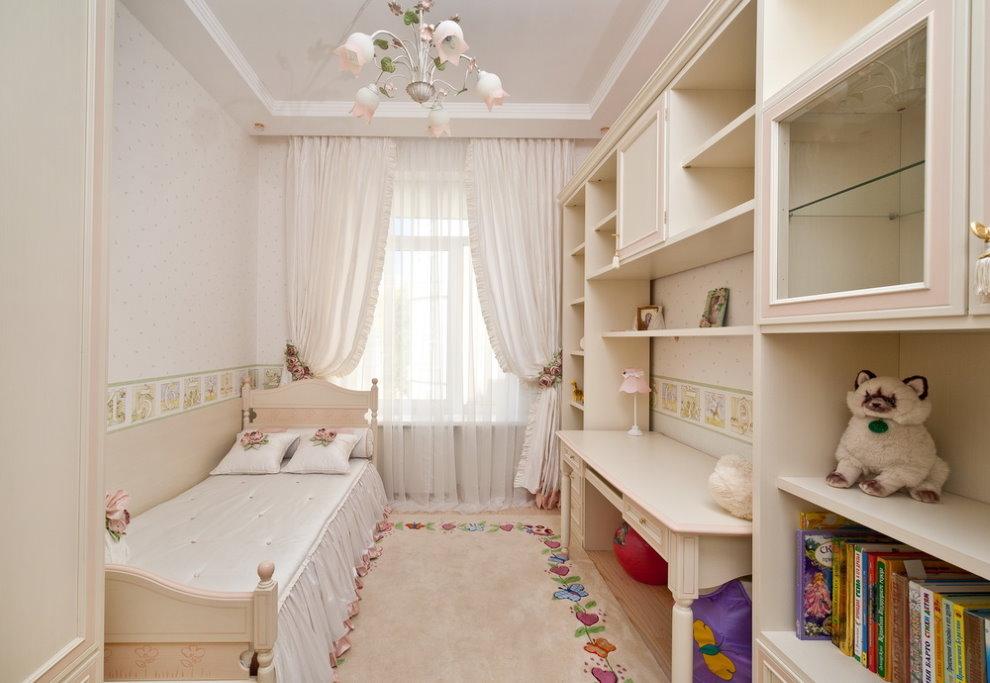 Светлый коврик в маленькой комнате для девочки