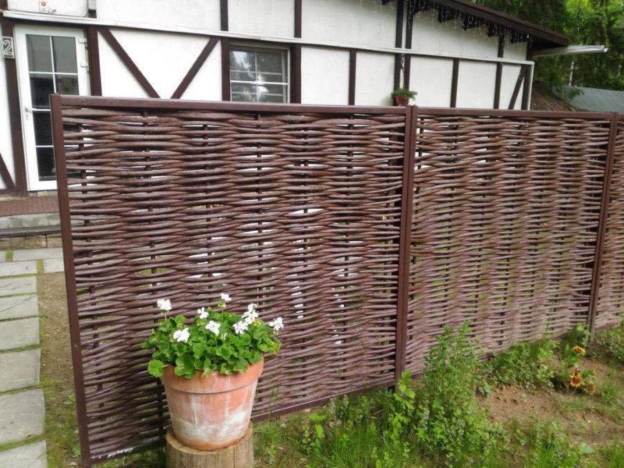 Дачный забор из полимерной лозы