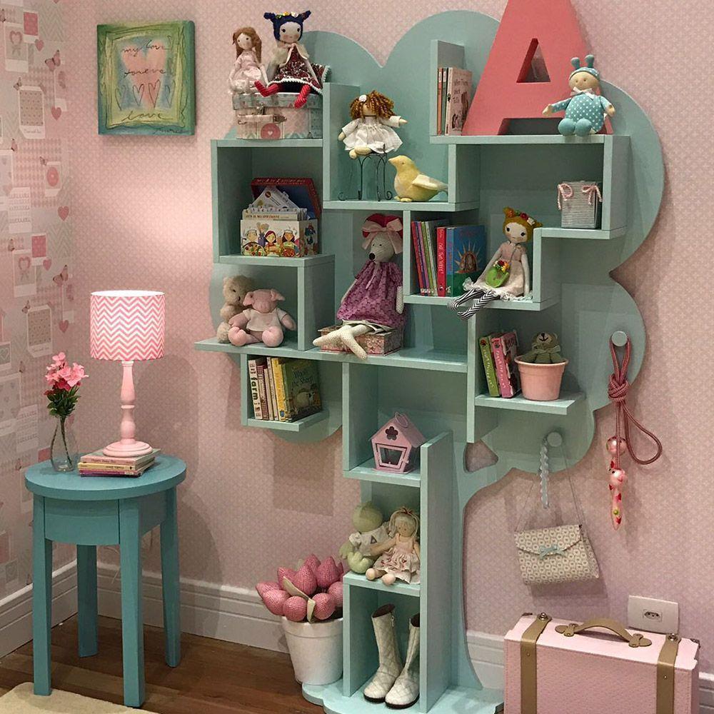 Полка в форме дерева в комнате девочки