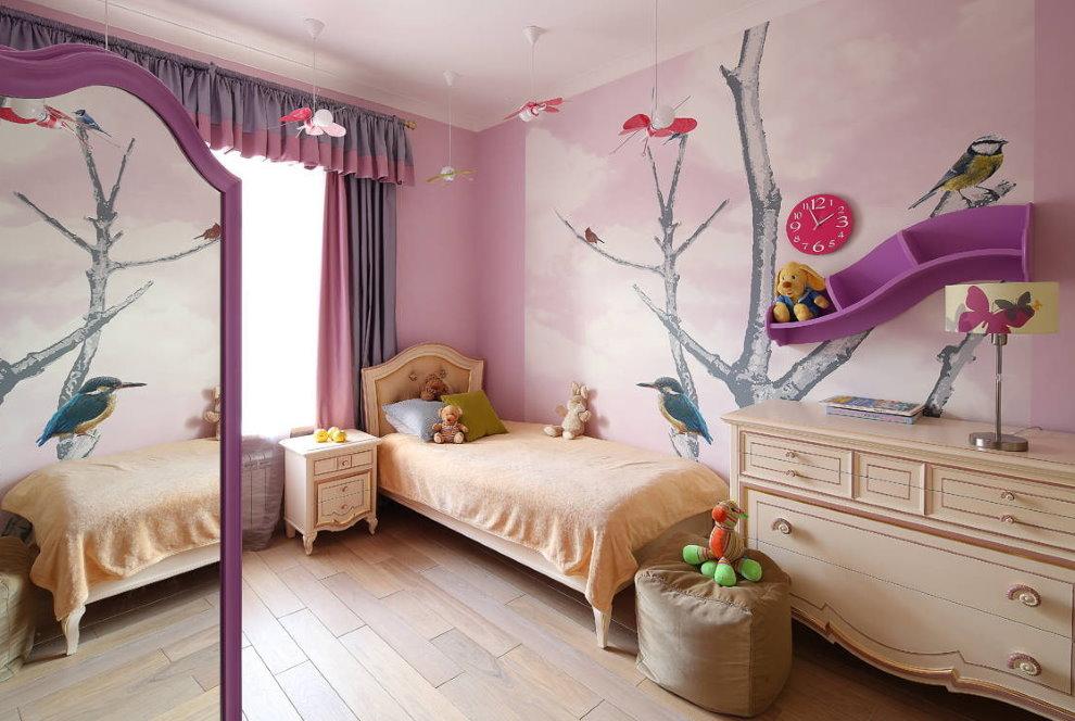 Оригинальная полочка на стене с нарисованным деревом