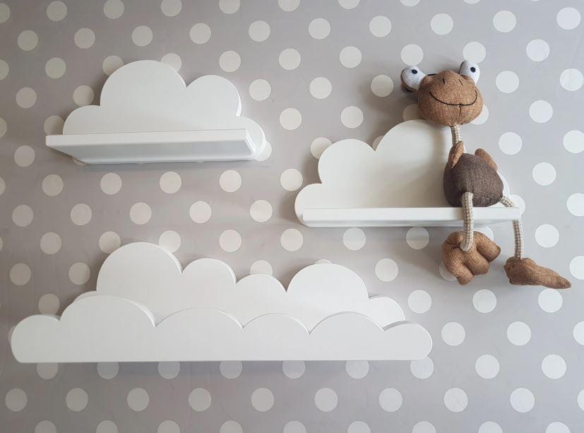Белые полки-облака на фоне обоев в горошек