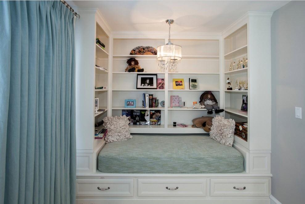Полки над кроватью в узкой спальне