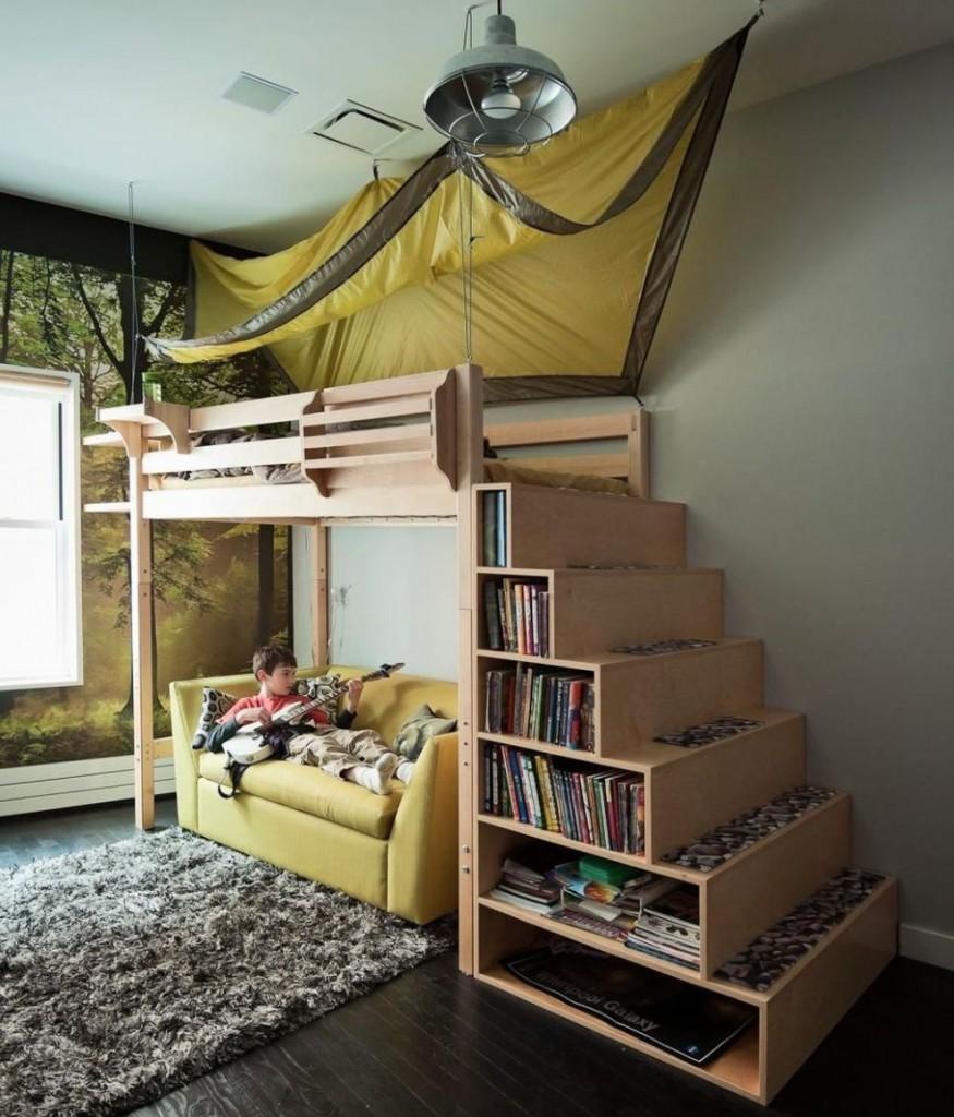 Книги на полках лестницы двухъярусной кровати