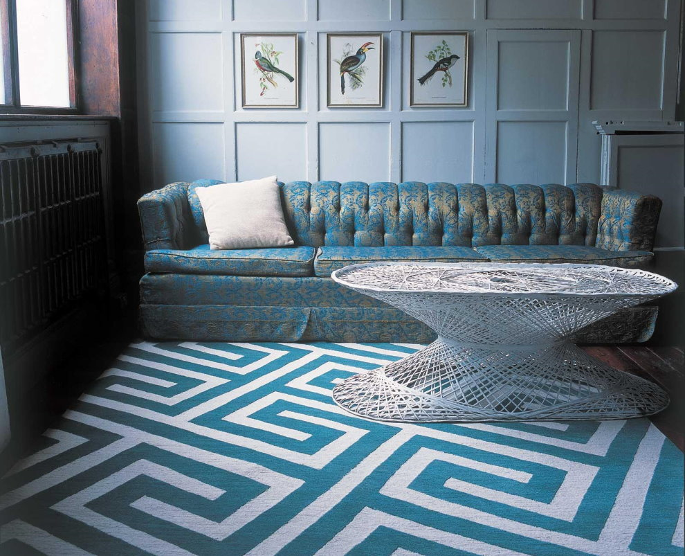 Рисунок в виде лабиринта на ковре в гостиной