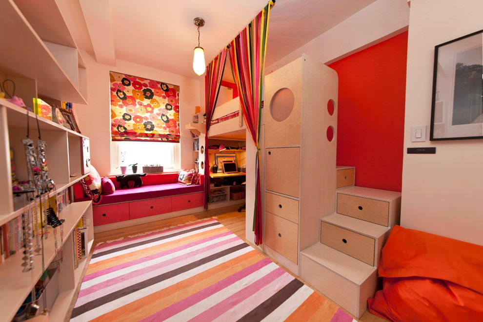 Полосатый коврик на полу детской комнаты