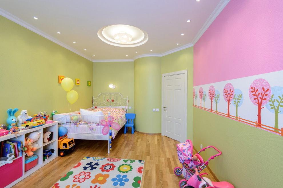 Белый потолок в комнате девочки