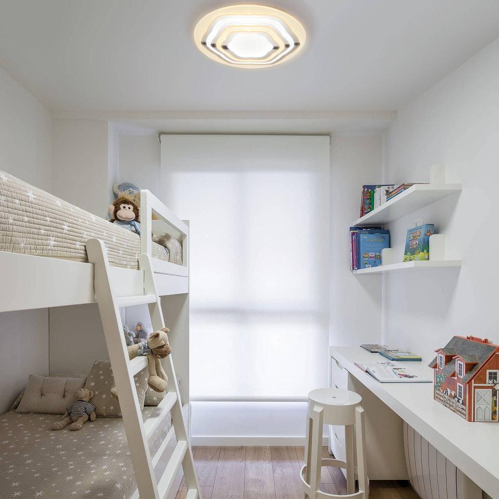 Ровный белый потолок в детской для двоих