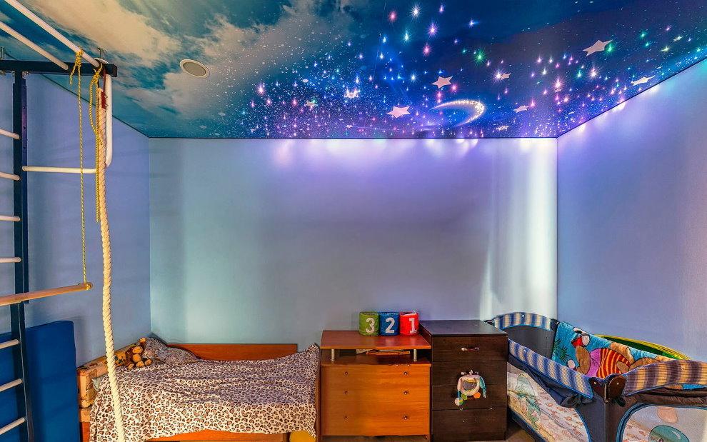 Детская комната с потолком звездное небо