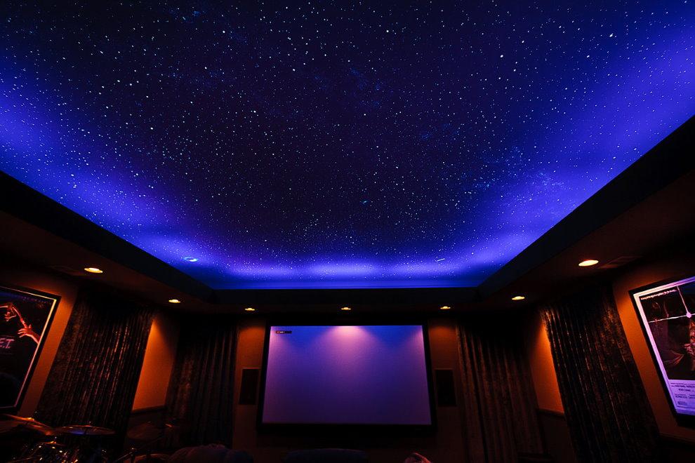 Имитация звездного неба на натяжном полотне в зале