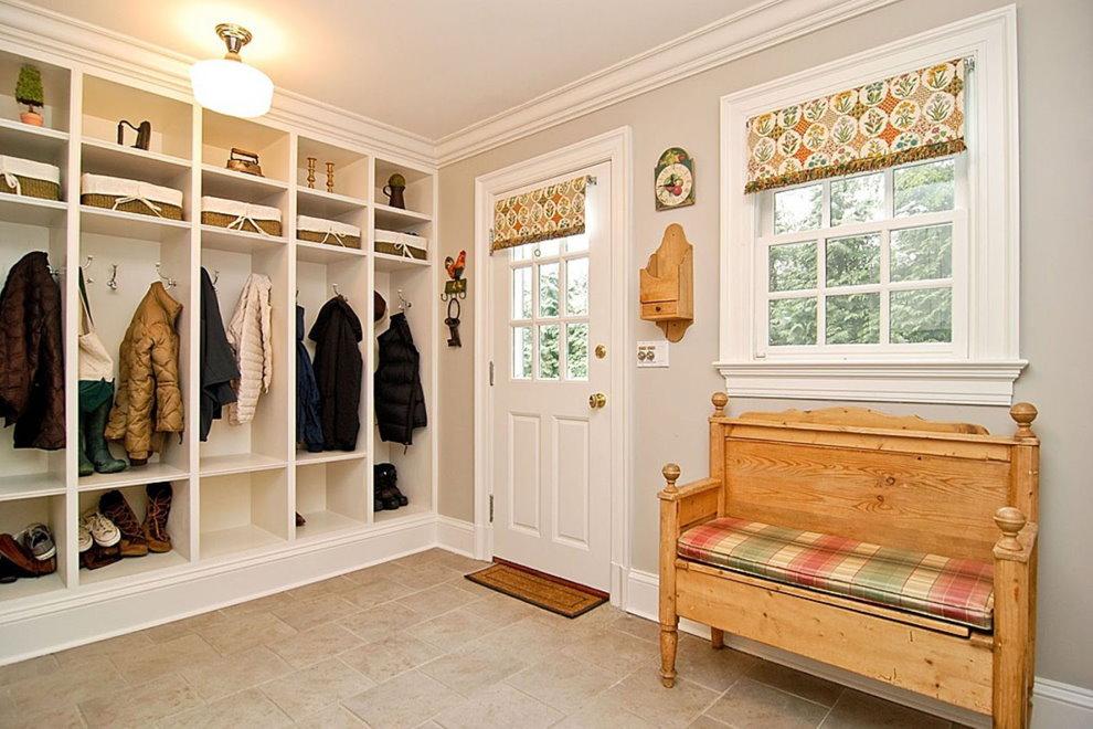 Деревянная скамейка в белой прихожей частного дома