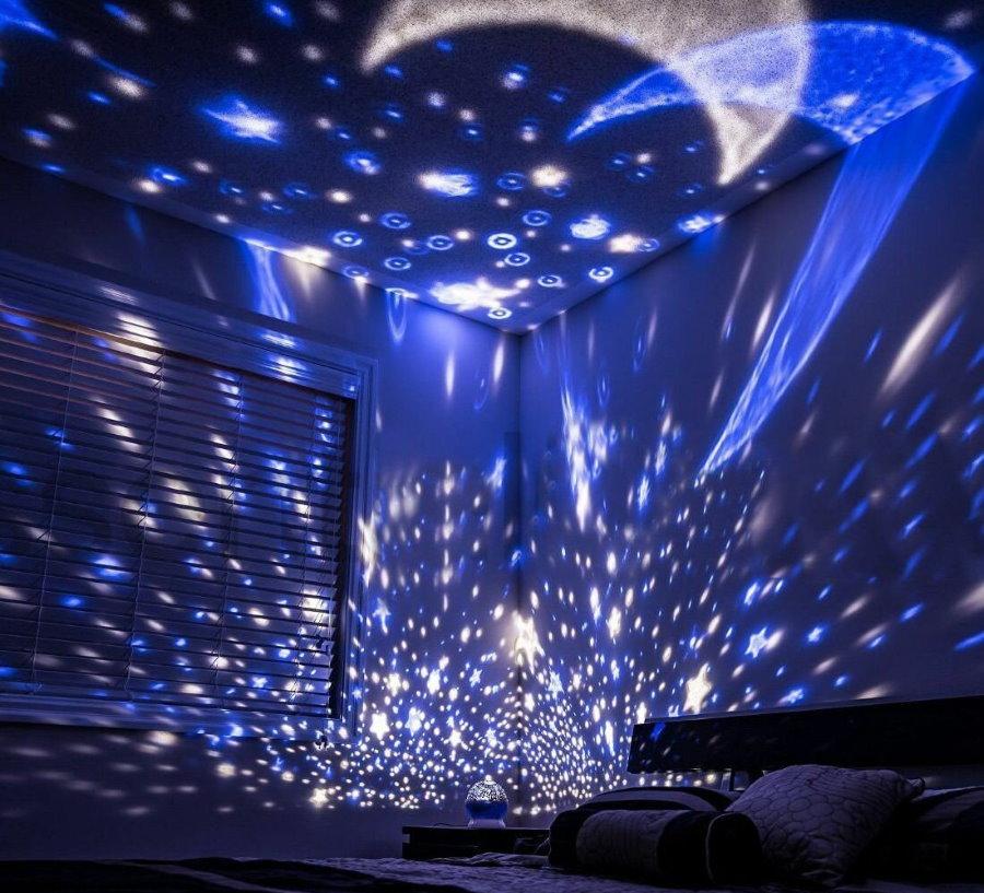 Проекция звездного неба на потолке детской спальни