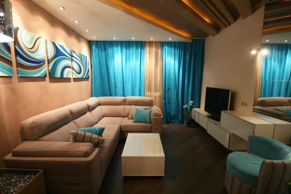 Угловой диван в гостиной с голубыми шторами