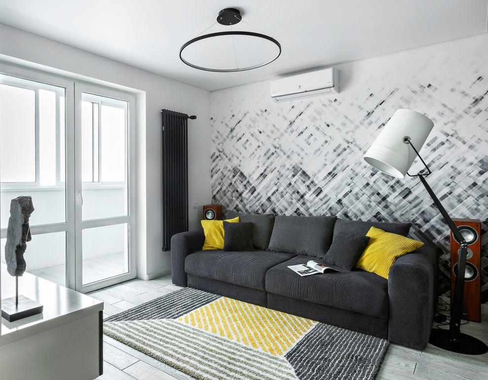 Простой светильник на потолке гостиной с балконом