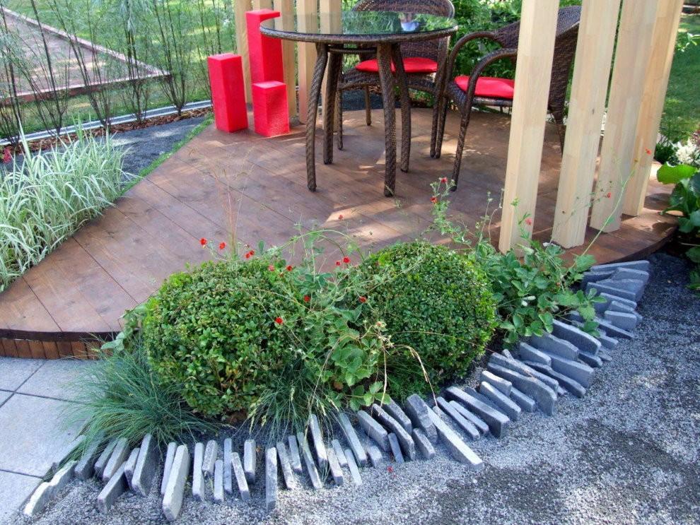 Деревянный настил на площадке с садовой мебелью