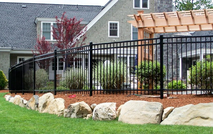 Строгий забор из металла перед загородной усадьбой
