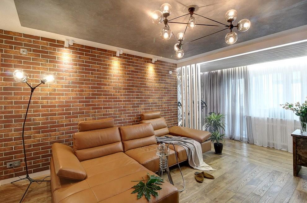 Угловой диван в гостиной комнате
