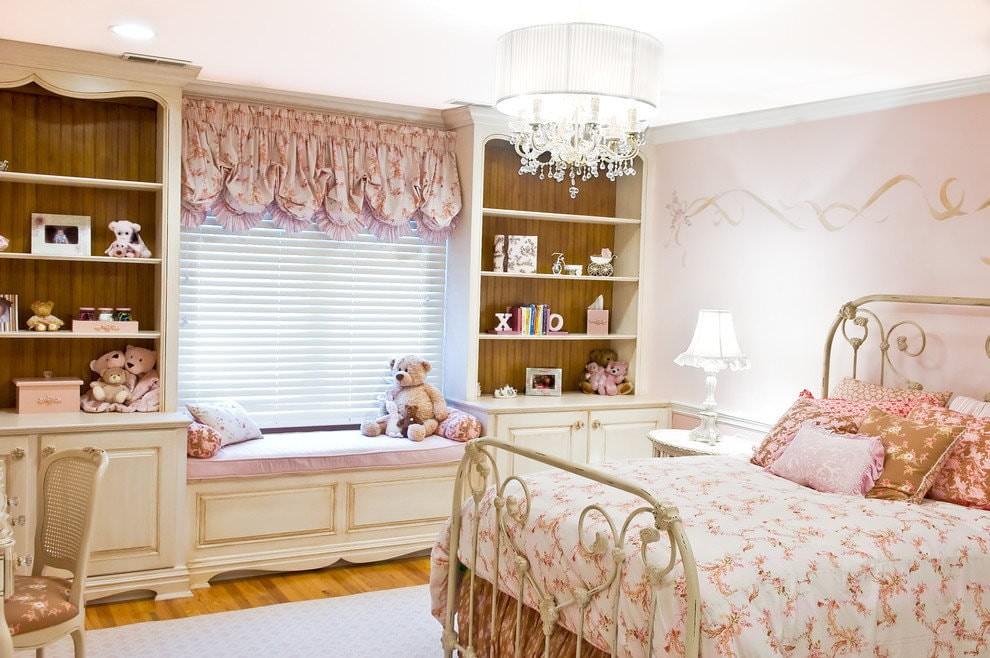 Комната девочки в стиле прованса с короткими шторами