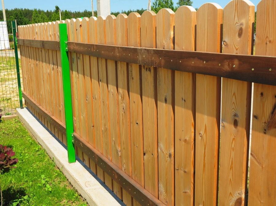 Деревянный забор на зеленых столбах