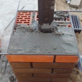 Использование прутков при кладке кирпичного столба