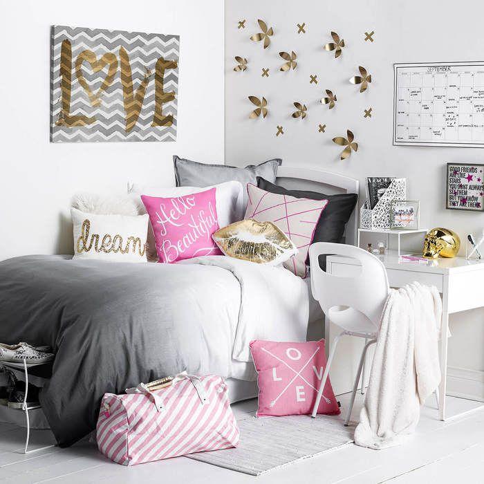 Декор белой стены в комнате девочки подростка
