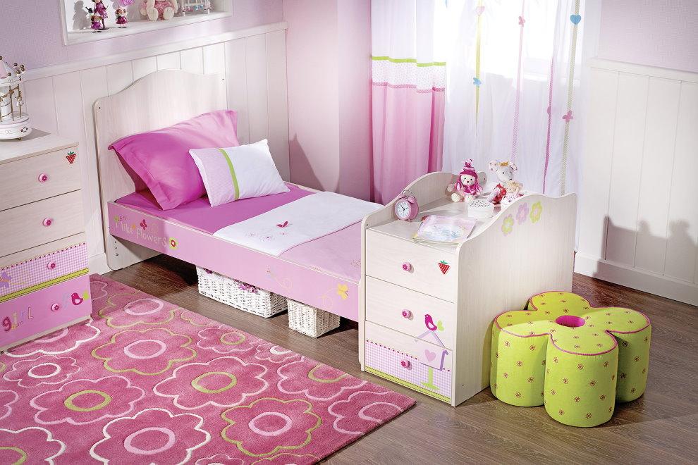 Пуф в виде цветка за спинкой детской кроватки
