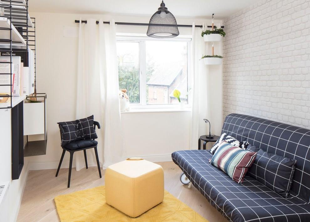 Клетчатая обивка диванчика в комнате небольшого размера