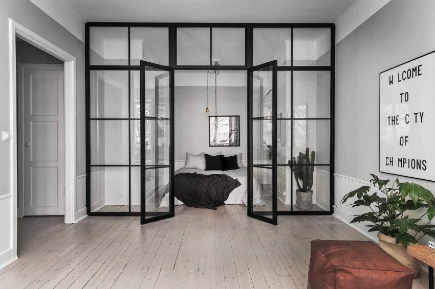 Стеклянная перегородка с распашными дверями