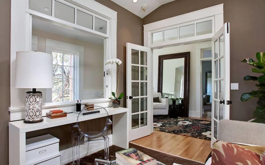 Белые распашные двери в гостиной комнате